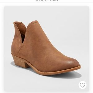 Universal Thread Women's Nora V-Cut Ankle Booties